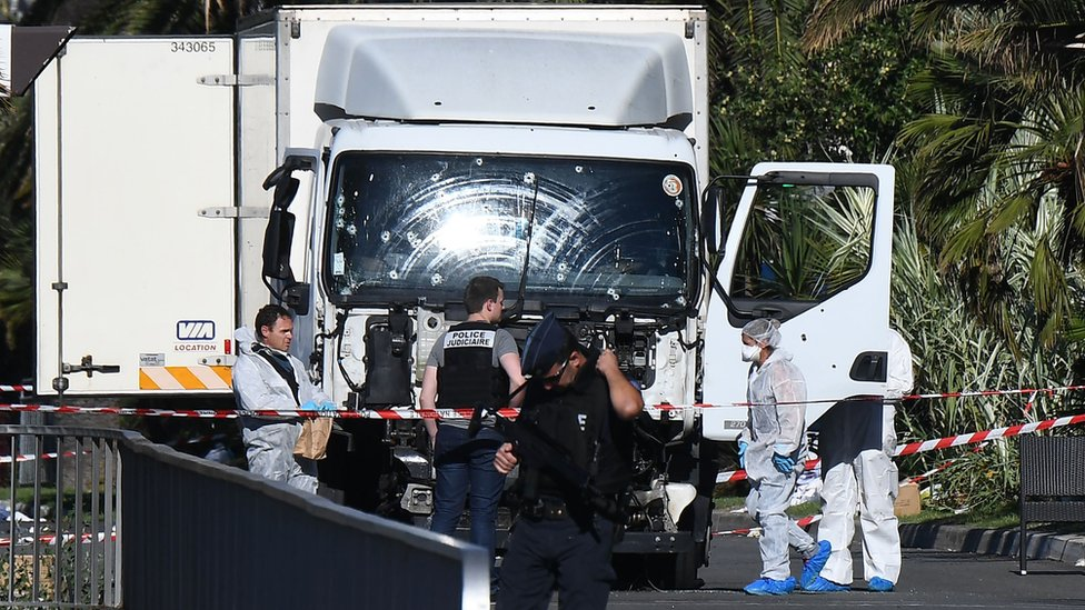 Forensics officers and policemen look for evidence in a lorry on the Promenade des Anglais (15 July)