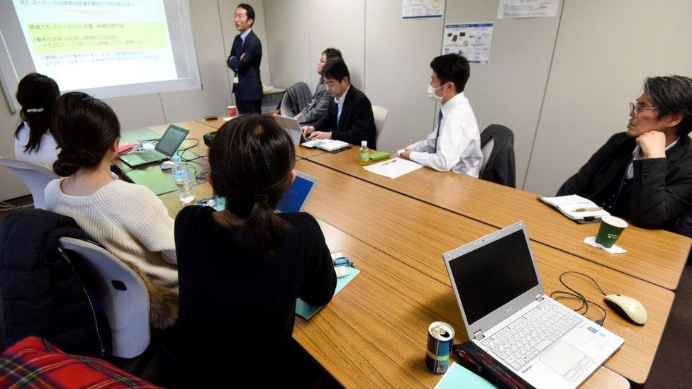 Oficina con trabajadores japoneses.