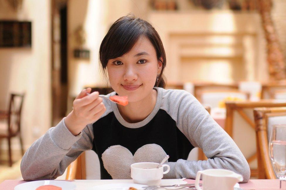 Muejr comiendo sola en un restaurante