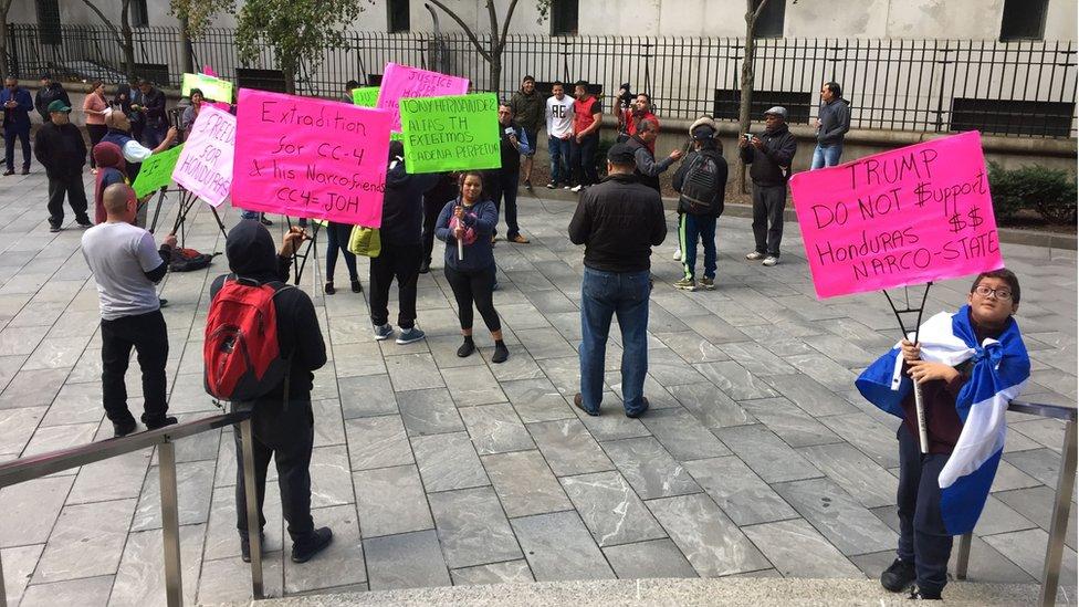 """Durante el juicio algunas personas acudieron a las afueras del tribunal para expresar su rechazo contra """"Tony"""" Hernández."""
