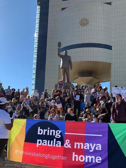 Protesta para apoyar el regreso de las gemelas a Namibia.