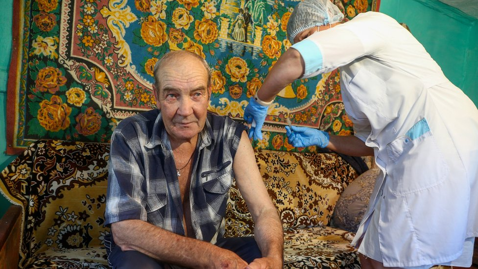 muškarac prima vakcinu