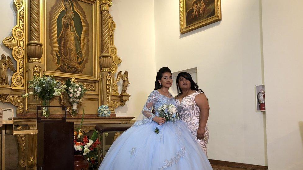 Mónica junto a su madre, Adriana.