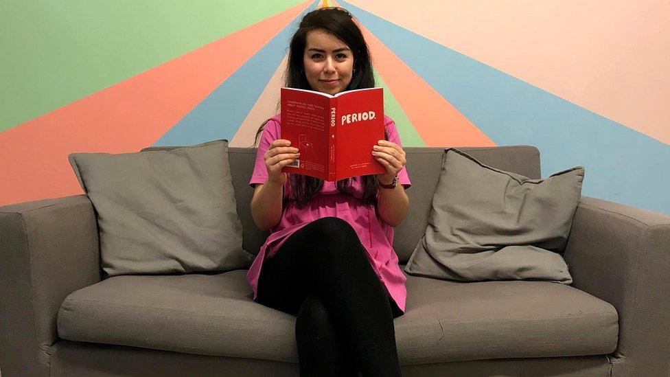 Natalie Byrne con su libro Period