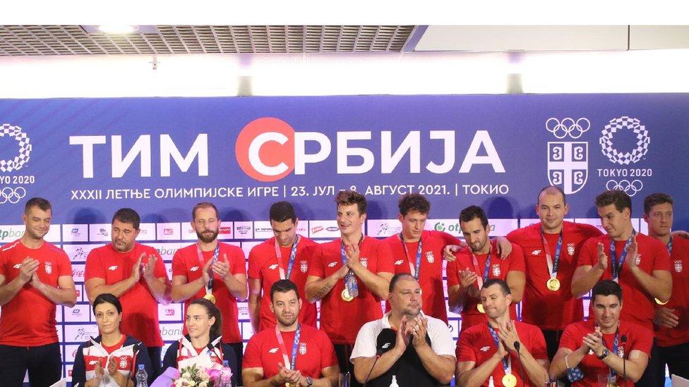 Vaterpolisti i Jovana Preković na aerodromu