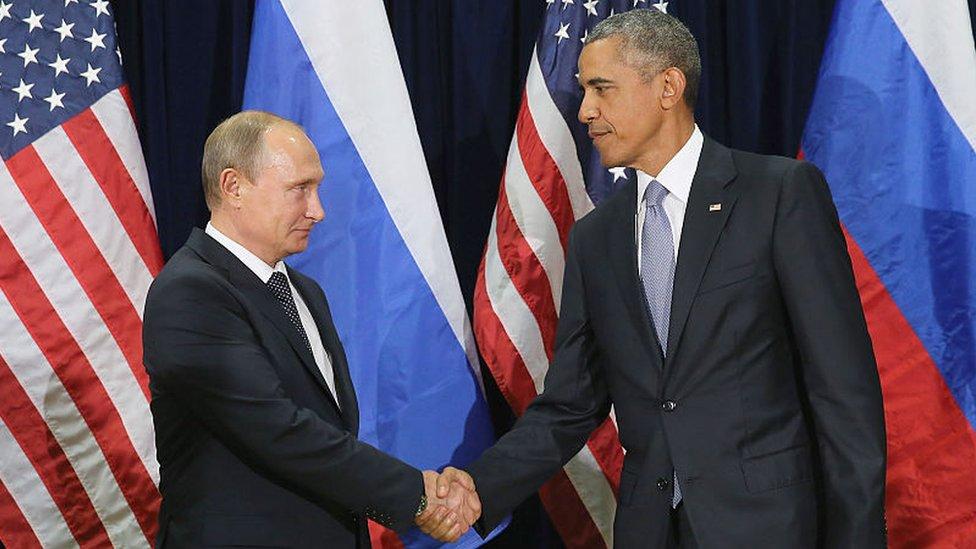 بوتين وأوباما يتصافحان خلال اجتماع ثنائي في مقر الأمم المتحدة في نيويورك عام 2015