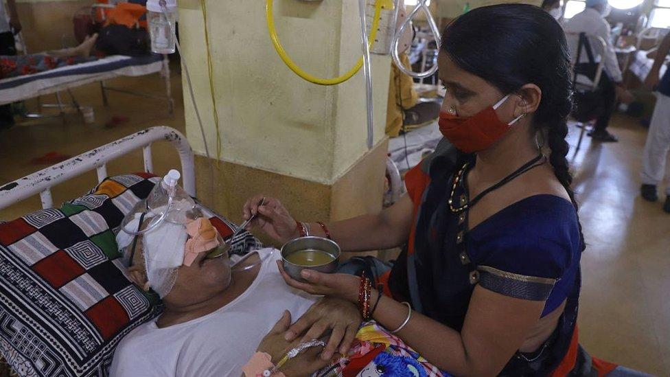 Enferma de mucormicosis, junto a una acompañante en un hospital de India.