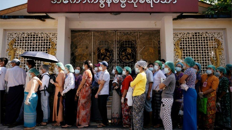 緬甸最大城市仰光的民眾正在排隊等待投票。