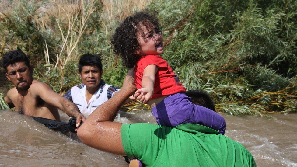 Migrantes provenientes de Centroamérica cruzan el río Bravo bajo el puente internacional de Ciudad Juárez en el estado de Chihuahua el pasado 11 de junio.