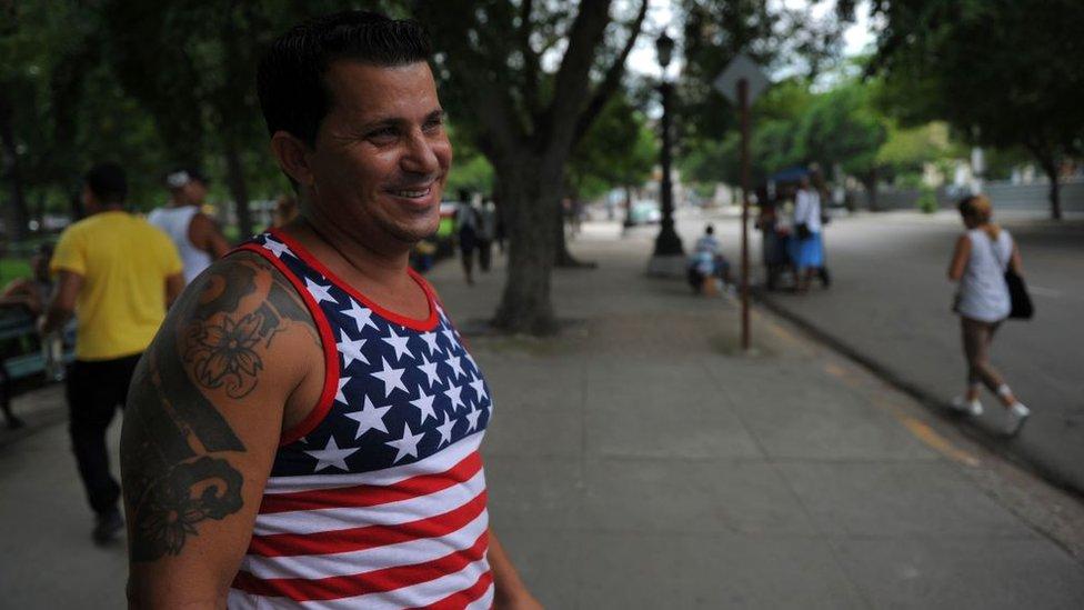 Un hombre en Cuba con una camiseta con la bandera de Estados Unidos.