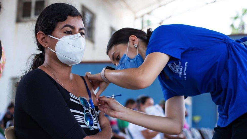 Mexicana vacunándose