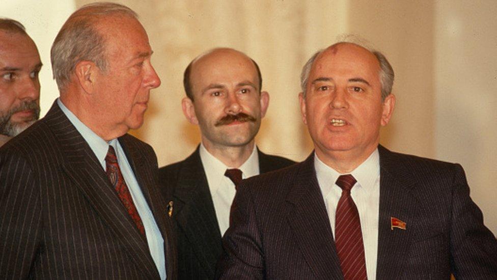 الزعيم السوفيتي ميخائيل غورباتشوف يلتقي بوزير الخارجية الأمريكي جورج شولتز في موسكو