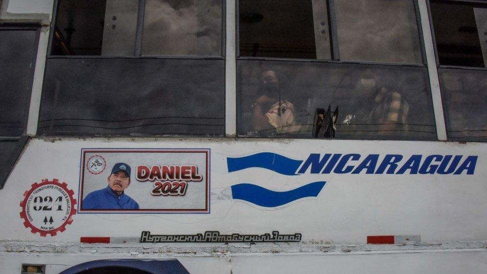 Propagando política de Ortega en un autobús en Managua.