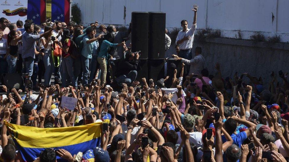 NO USAR / CONTENIDO BBC.Gente durante el discurso de Juan Guaidó en Caracas, Venezuela.