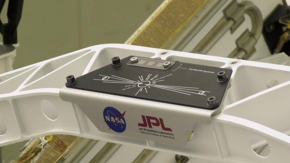 """Una placa en el Perseverance conmemora la campaña """"Envía tu nombre a Marte"""" (Send Your Name to Mars) de la NASA."""