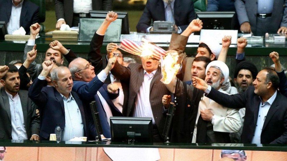 أعضاء في البرلمان الإيراني يحرقون العلم الأمريكي