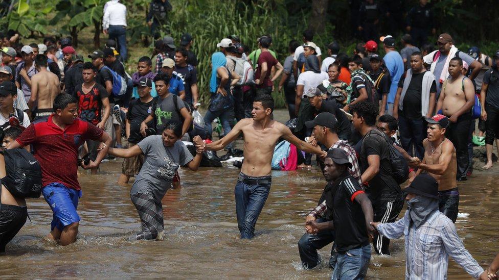Migranti su u kolonama pokušavali da se kreću iz Gvatemale i Meksika ka SAD