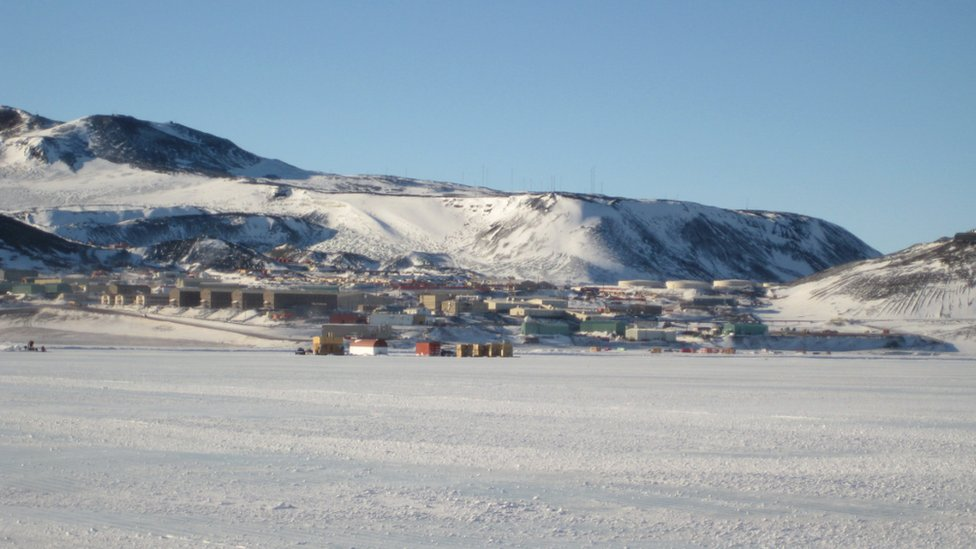 Un conjunto de edificios en la base de una ladera.