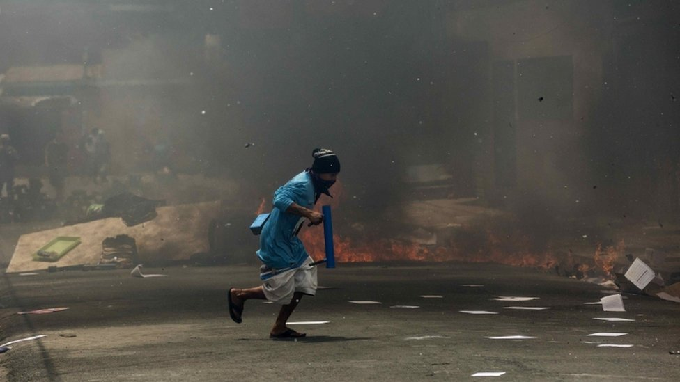 A youth runs past a barricade during clashes against the National Police in Masaya, Nicaragua, 02 June 2018