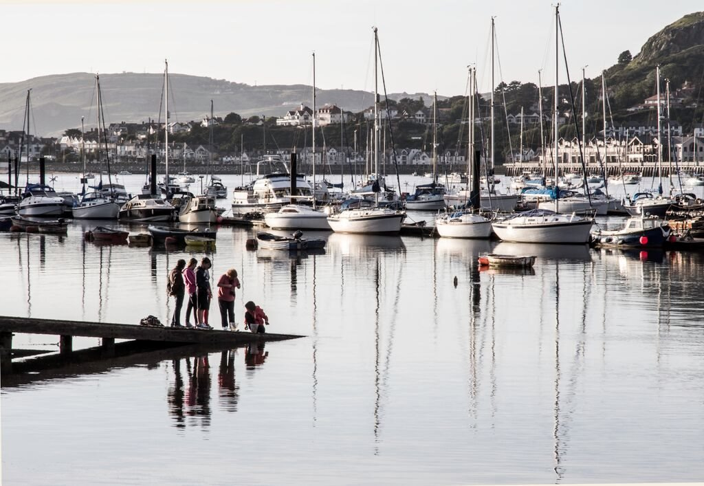Oes 'n grancod yn cuddio yn y dŵr ym Marina Conwy? // Some children enjoying their freedom over the holidays at Conwy Marina