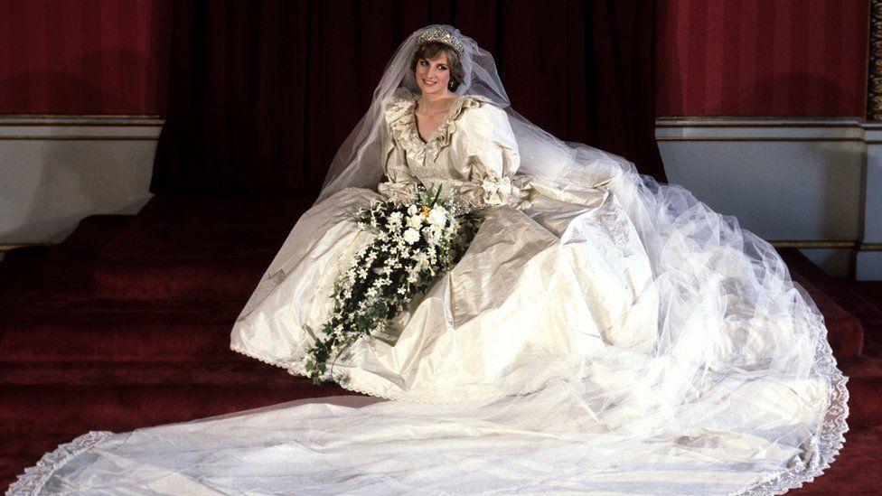 الأميرة الراحلة ديانا في فستان زفافها