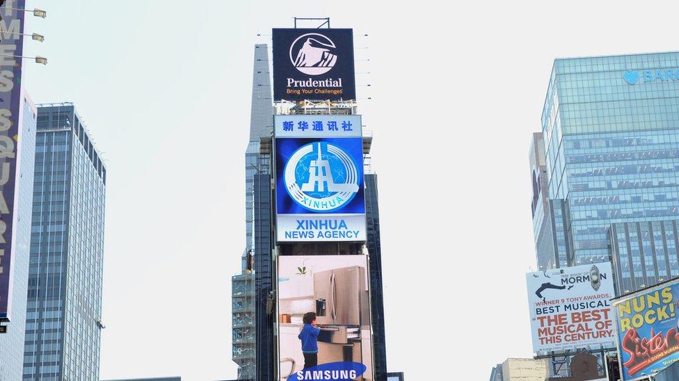 Panel con noticias de la agencia Xinhua.
