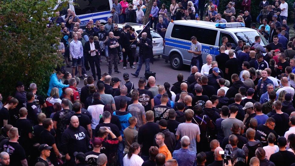 Ljudi se okupljaju u Ketenu nakon što je dvadesetdvogodišnjak izgubio život u uličnoj tuči. Septembar 2018.