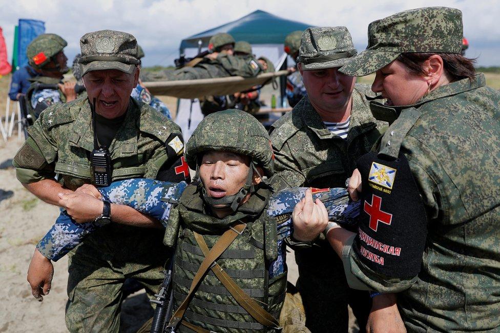 """中國陸戰隊""""傷員""""被送往俄軍醫療隊。"""