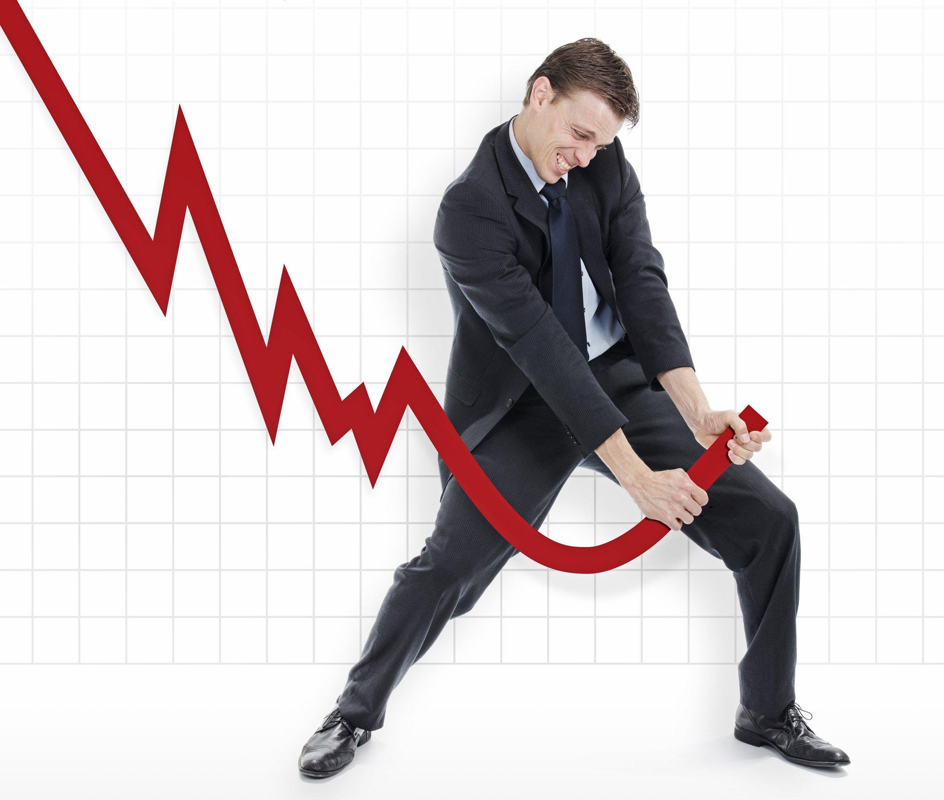 Un hombre tratando de subir una flecha de crecimiento