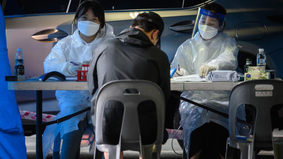 Un centro de asistencia para el control de covid-19 en Bucheon, Corea del Norte