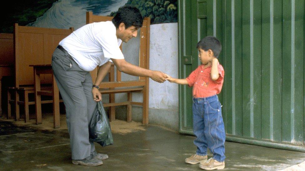 El Dr. Roger Zapata dando la mano al niño Luis Fermín Tenorio Cortez en 1991