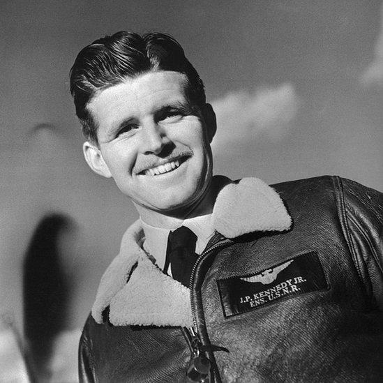 Joe Kennedy Jr. murió como piloto en una misión secreta durante la II Guerra Mundial.