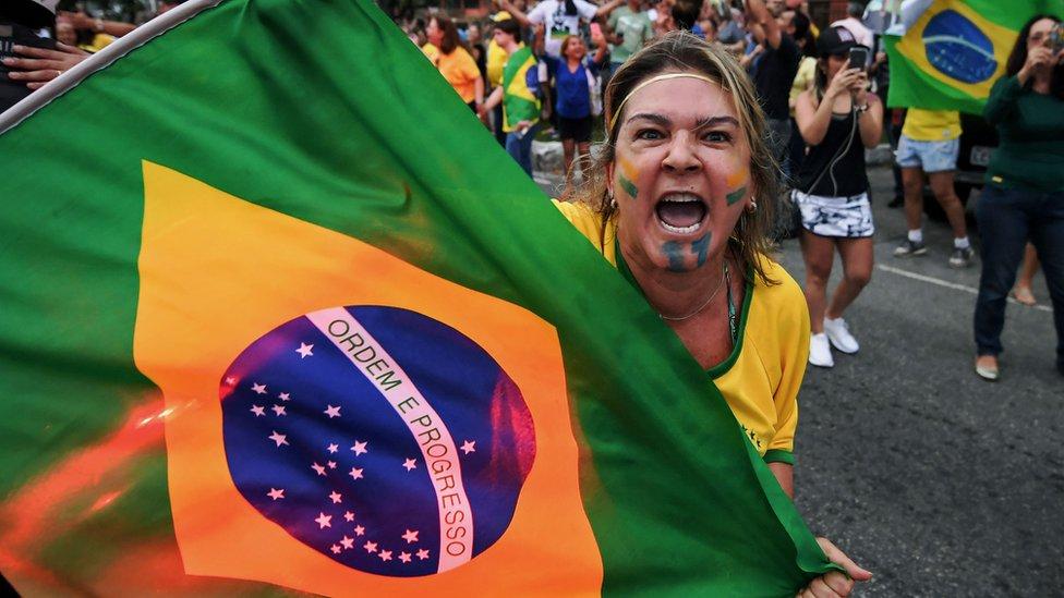 Manifestante con la bandera de Brasil.