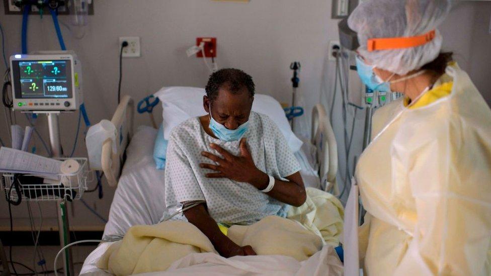 Homem na cama de hospital