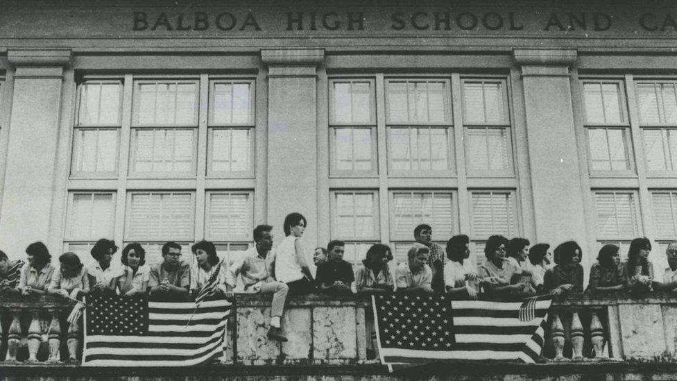 Estudiantes zoneítas de la Escuela Superior de Balboa se negaban a cumplir el acuerdo de izar las dos banderas.
