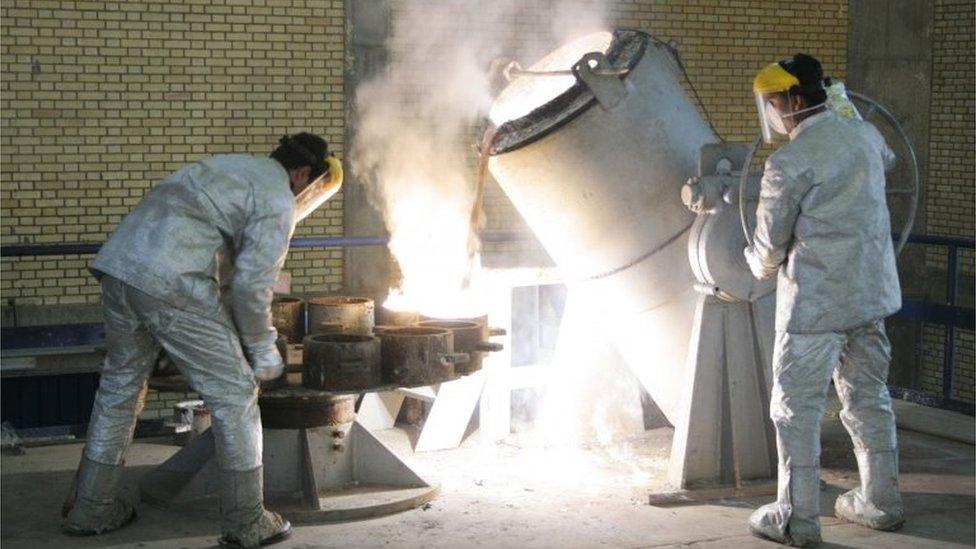 Pekerja di fasilitas konversi uranium di luar Isfahan.