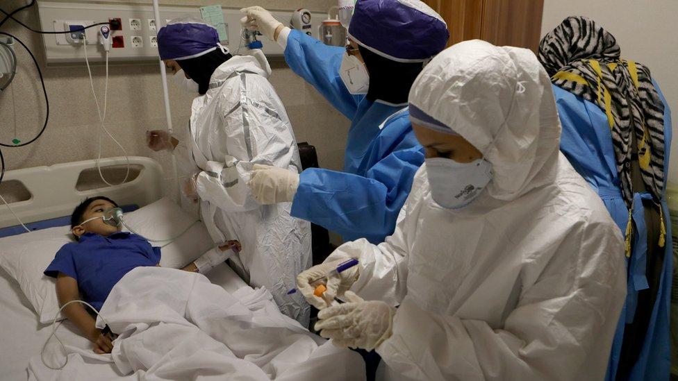 德黑蘭某醫院內一群身穿全身保護服的護士給一名兒童患者採樣檢測新冠病毒(8/7/2020)