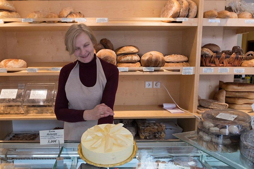 Pastelera muestra la torta Melania.