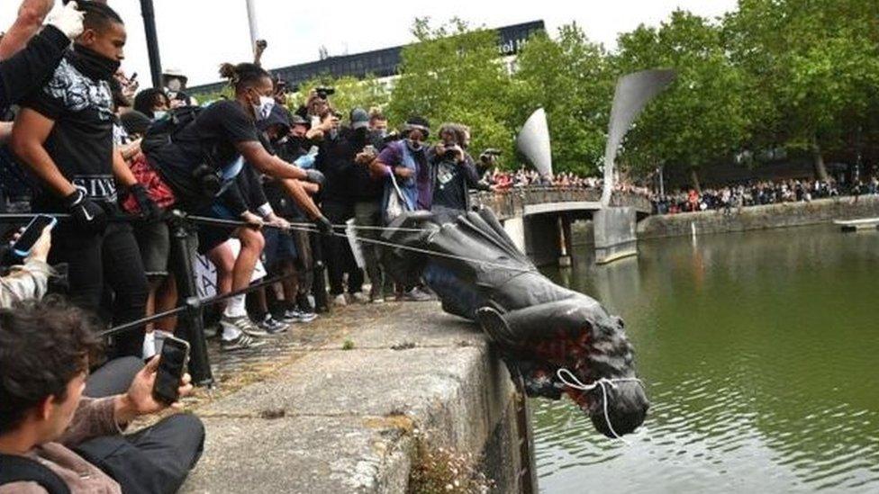 英國布里斯托的Edward Colston雕像被推倒後拖到港口扔進水裏,後來被打撈出來,凖備放入博物館。