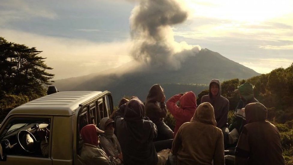 People take pictures of the volcano eruption. Photo: 20 May 2016