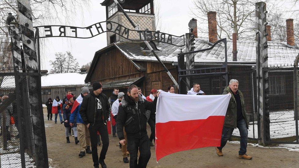 Польські ультраправі пройшли маршем в Освенцимі в День пам'яті жертв Голокосту