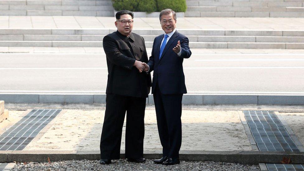 Kim Jong-un y Moon Jae-in estrechándose las manos en abril de 2018