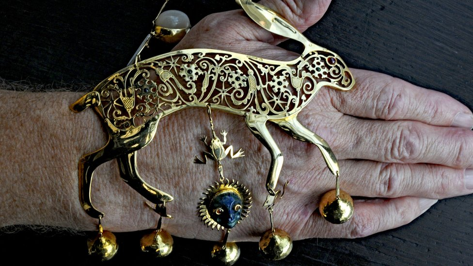 La liebre de oro de 18 quilates tiene incrustaciones de rubíes, nácar y piedras de luna.