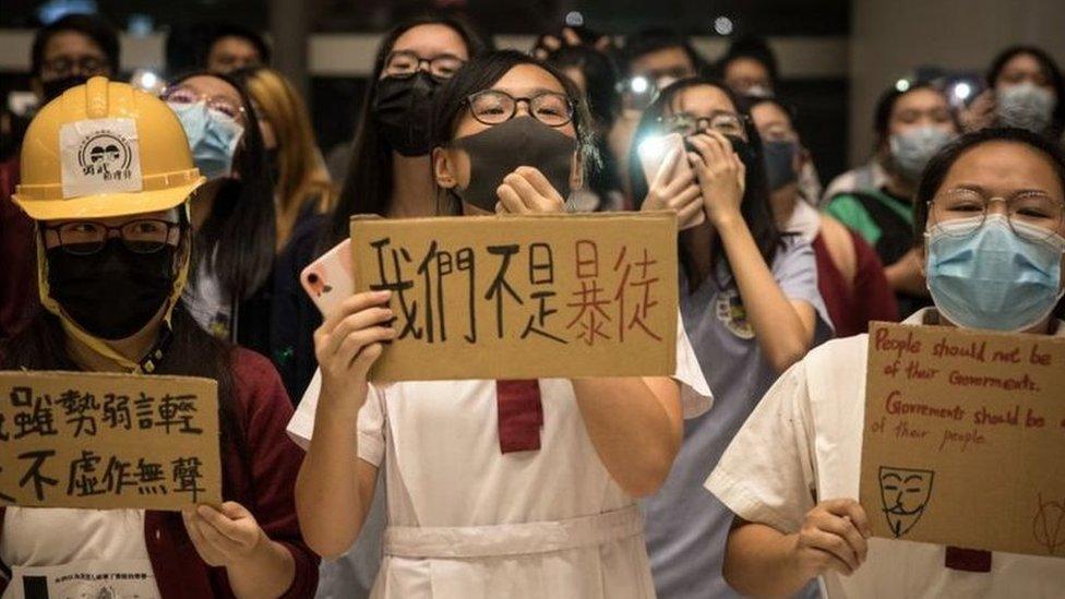 学生们身穿校服带口罩抗议,成为香港示威的重要画面。(photo:EBCTW)