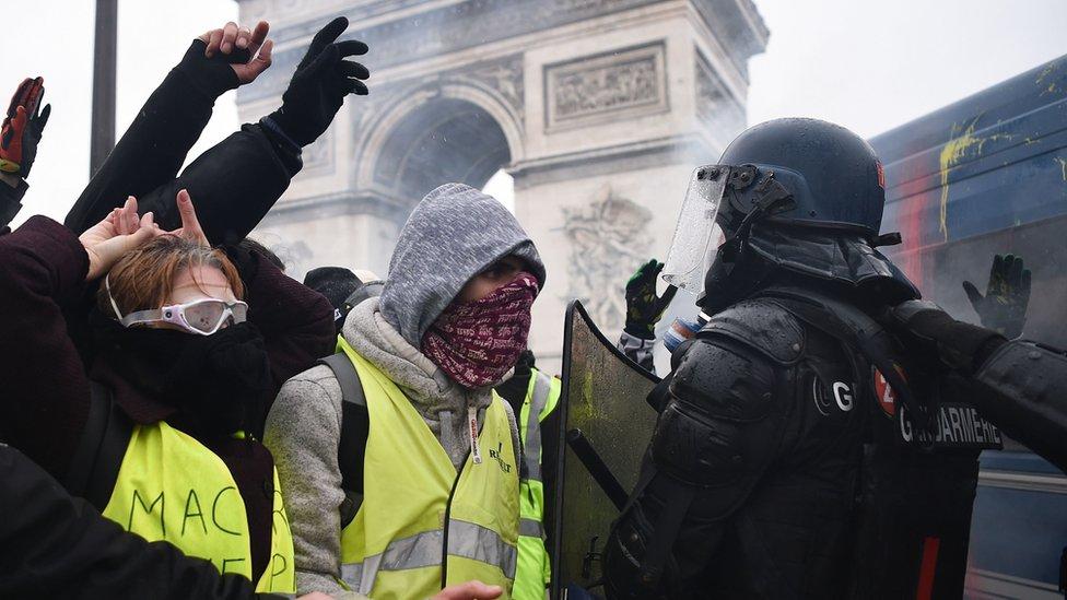 احتجاجات السترات الصفر دفعت الحكومة الفرنسية للتراجع عن زيادات ضرائب الوقود
