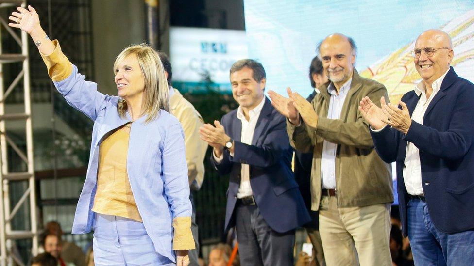 """Beatriz Argimón, la primera vicepresidenta electa de Uruguay, aplaudida por los líderes de la """"coalición multicolor""""."""