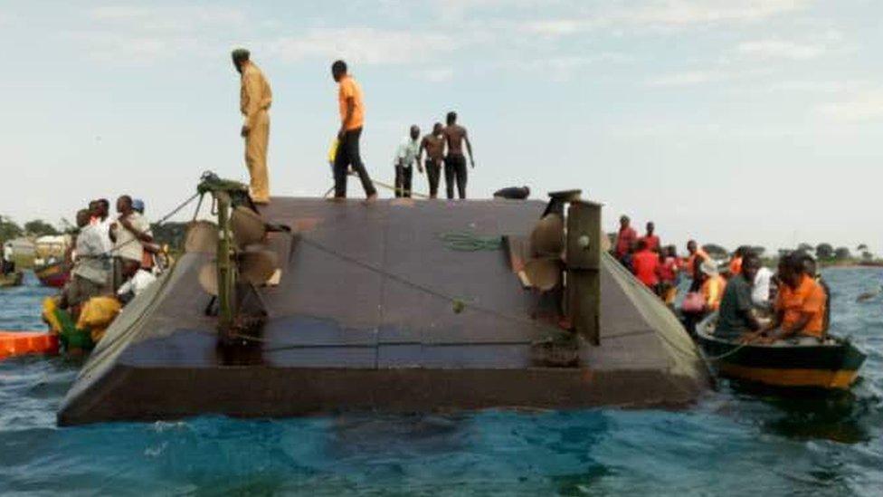 Operaciones de rescate en el lago Victoria de Tanzania