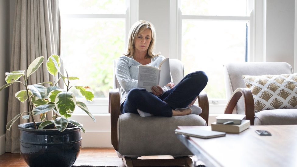 Mujer sentada leyendo