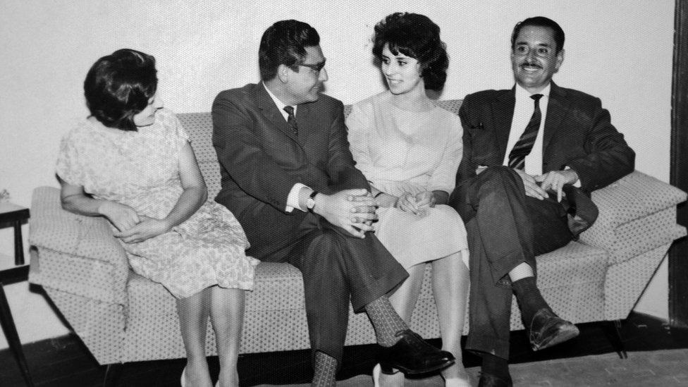 Augusta La Torre con Abimael Guzmán el día de su boda, acompañados por los padres de La Torre, Delia Carrasco y Carlos La Torre.