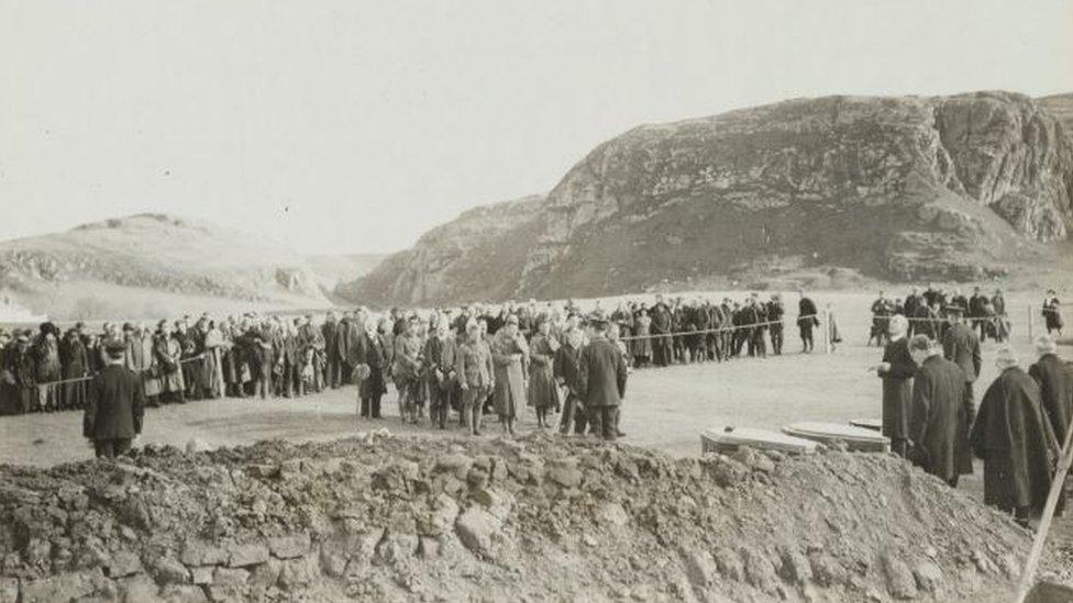 El funeral en Islay de los 199 soldados estadounidenses que murieron en el hundimiento del Otranto.